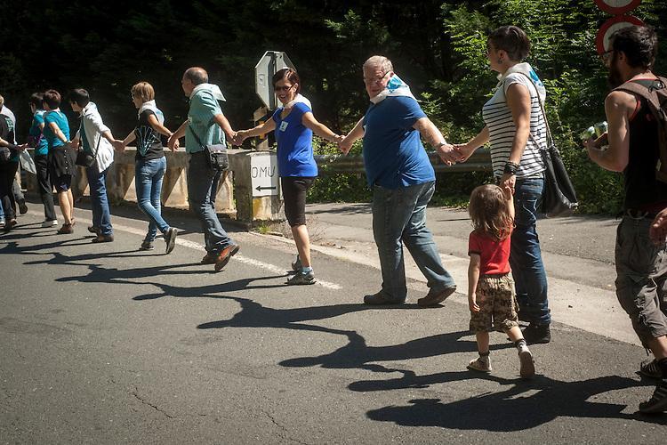 Protestors form a human chain in the Basque Country. (Gari Garaialde / Bostok Photo)