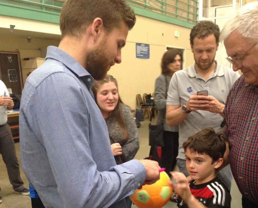 Real Sociedad player Asier Illaramendi signs autographs at the Basque Cultural Center. Ryan Maquiñana