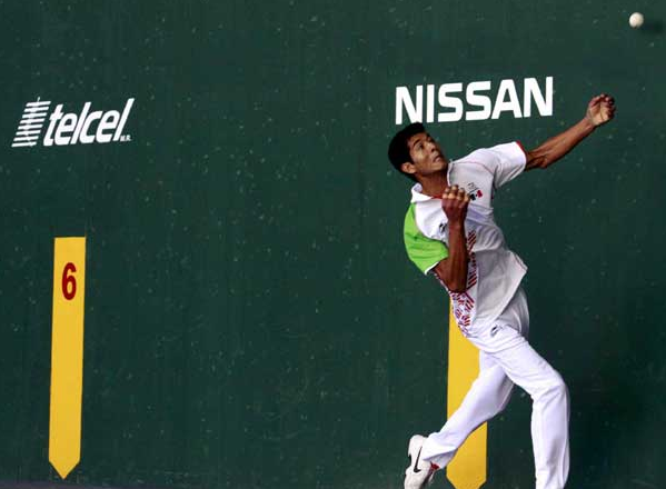 """Fernando """"Momo"""" Median beat Roberto Huarte of the U.S. in singles hadball Monday and is a favorite to win the Gold Medal at the Pan Am Games. Photo: Mexsport."""