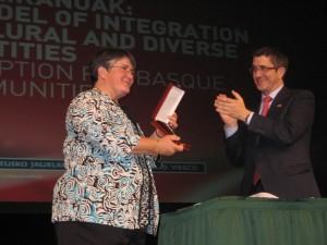 President Patxi Lopez presents Patty Miller with award.