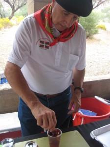 Jose Rementeria made Picon Punch at the picnic. Photo: Euskal Kazeta.