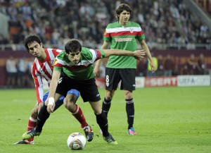 Javi Martinez of Athletic Bilbao battles Diego Godin of Atletico Madrid in the Europa League final. Photo: AFP.